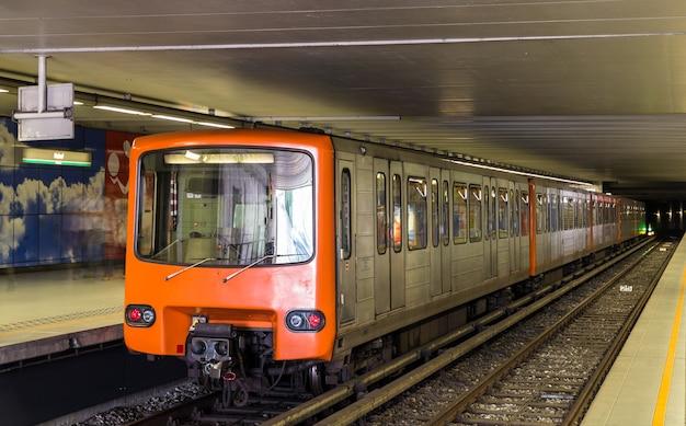 Treno alla stazione della metropolitana heysel a bruxelles, in belgio