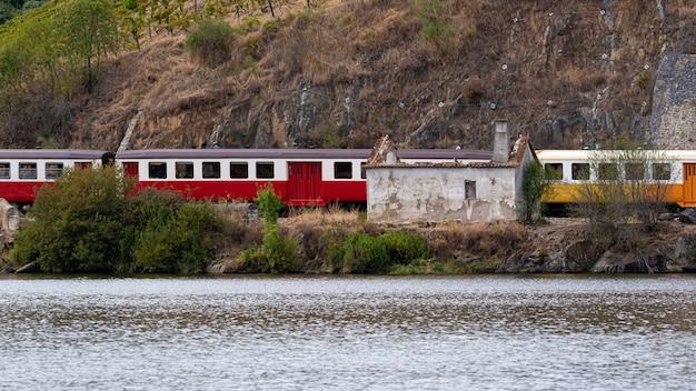 Treno in movimento lungo il fiume en portogallo