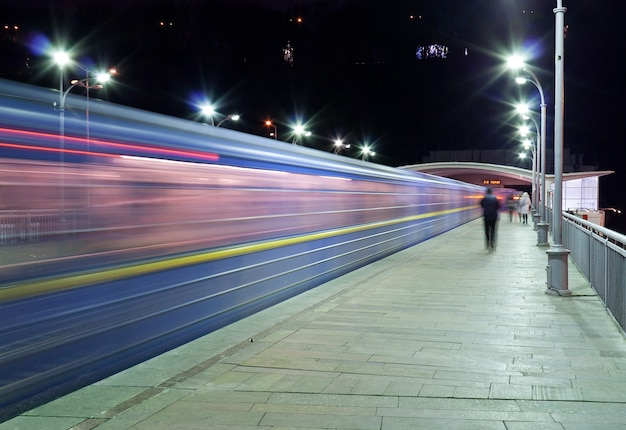 Il treno passa alla stazione della metropolitana dnieper, kiev, ucraina