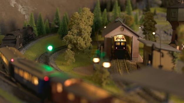 Capannone del treno su un modello ferroviario.