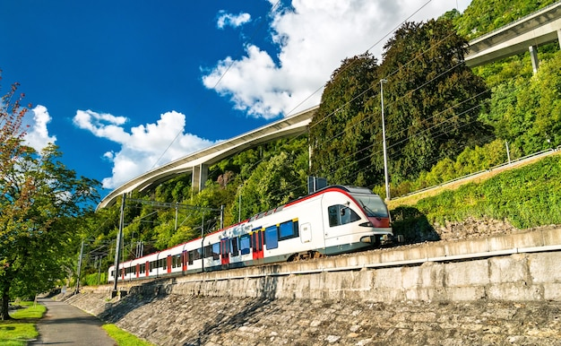 Treno sulle rive del lago di ginevra in svizzera
