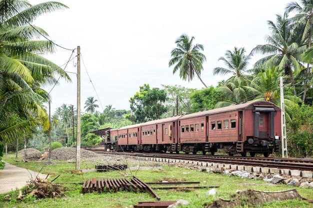 Stazione ferroviaria e vecchia locomotiva, strada ferroviaria dello sri lanka. ceylon paesaggio tropicale
