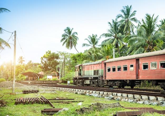 Stazione ferroviaria e vecchia locomotiva, strada ferroviaria dello sri lanka. paesaggio tropicale di ceylon