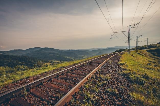 Binario del treno sul paesaggio autunnale