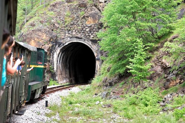 Allenati con i passeggeri che vanno al tunnel in montagna