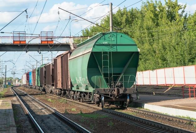 Treno con vagoni cisterna sui binari della ferrovia nel cielo