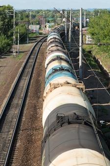 Treno con vagoni cisterna sui binari della ferrovia, vista dall'alto Foto Premium