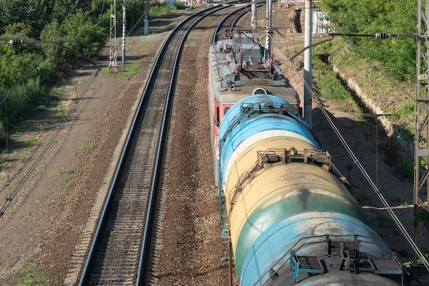 Treno con vagoni cisterna sui binari della ferrovia, vista dall'alto