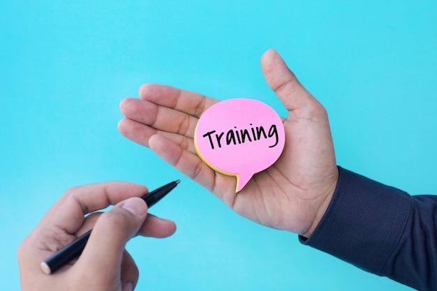 Concetti di formazione con il testo sulla carta da lettere della bolla di discorso sulla mano maschio