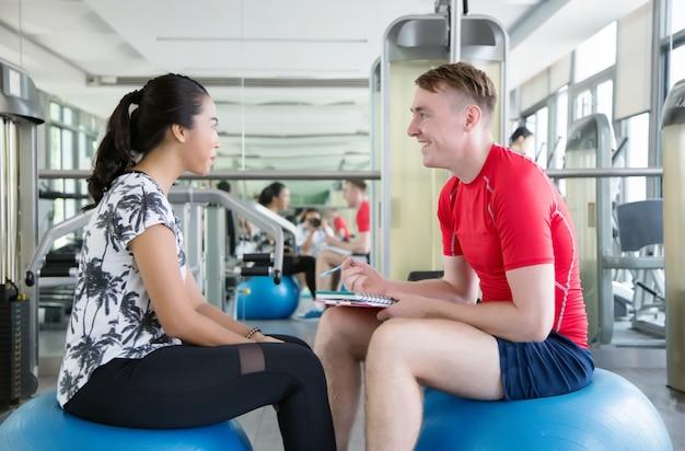 Allenamento fitness in palestra per la salute.