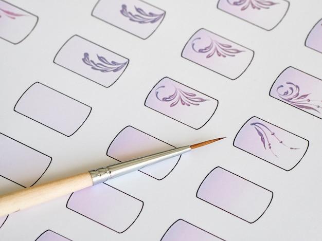 Formazione sulla pittura di monogrammi per manicure. schede di allenamento per manicure, da vicino