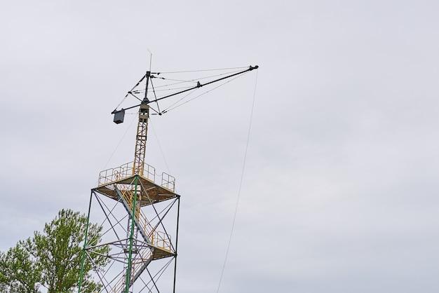 Una torre di allenamento per il lancio con il paracadute