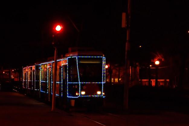 Tram decorato con le luci di natale di notte