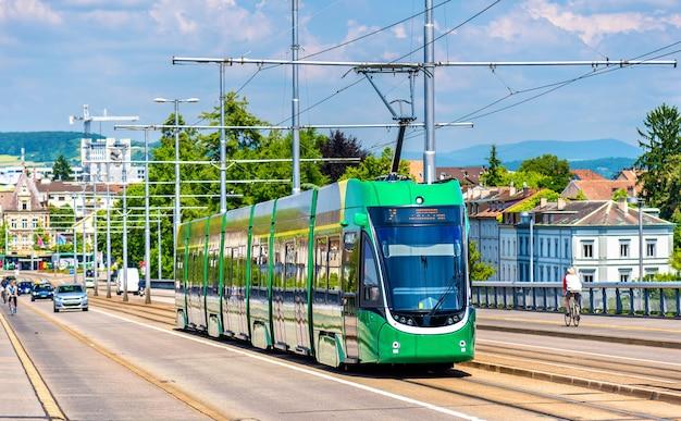 Il tram sul ponte di wettstein a basilea, in svizzera