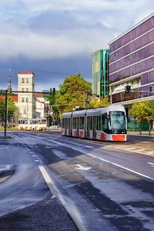 Tram nella città di tallinn il giorno nuvoloso dopo la pioggia.