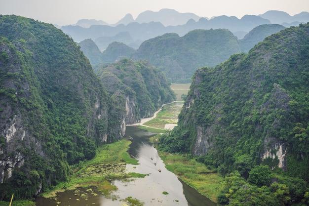 Trang an tam coc ninh binh viet nam è un sito del patrimonio mondiale dell'unesco famoso per la sua grotta in barca