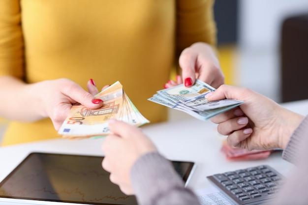 Trasferimento di valuta di mano in mano sul posto di lavoro. concetto di scambio finanziario