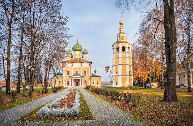 Cattedrale della trasfigurazione con un campanile del cremlino di uglich sotto i raggi del sole autunnale del mattino