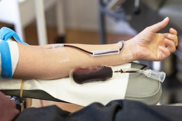 Sistema trasfusionale e sacca di sangue. donatore sulla procedura di donazione.