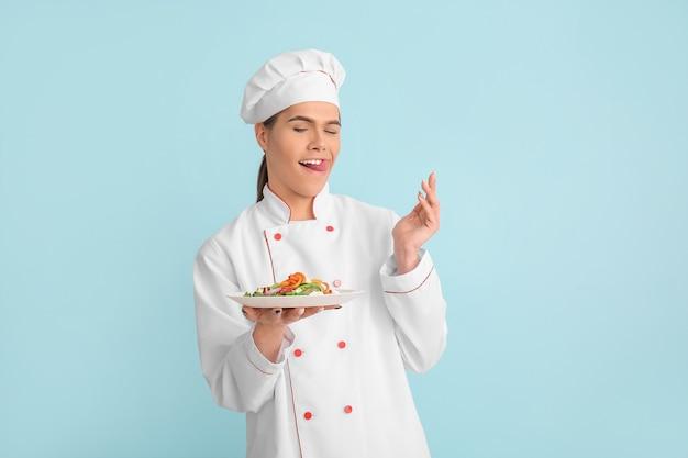 Chef transgender con insalata su sfondo colorato