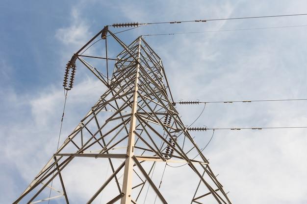 Torre della trasmissione sul fondo del cielo blu