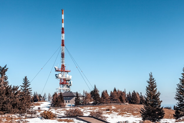 Trasmettitore con satelliti e antenne in cima alla collina