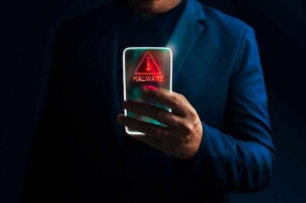 Smart phone di trasparenza con segnale di avvertimento di attacco ransomware.