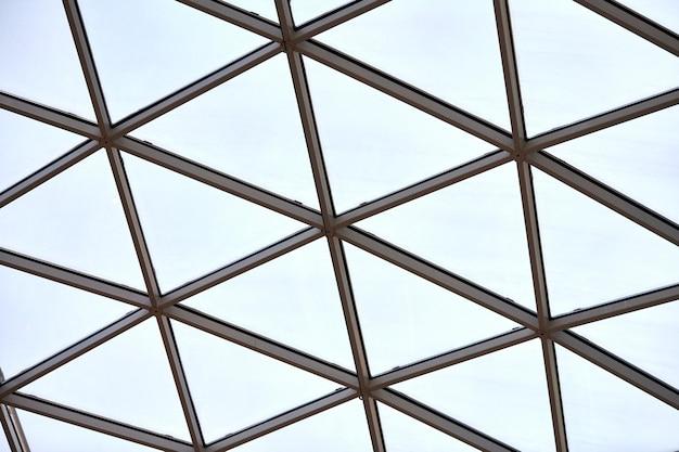 Soffitto trasparente nel business center. finestre triangolari in vetro. architettura della struttura a rete. modello geometrico astratto di vetro incorniciato