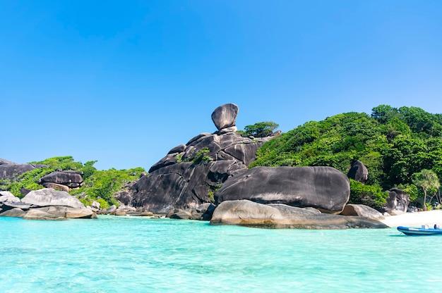 Acqua limpida trasparente sull'isola, le isole similan in thailandia nell'oceano indiano