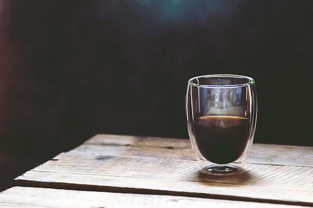 Trasparente tazza di caffè espresso su un tavolo di legno