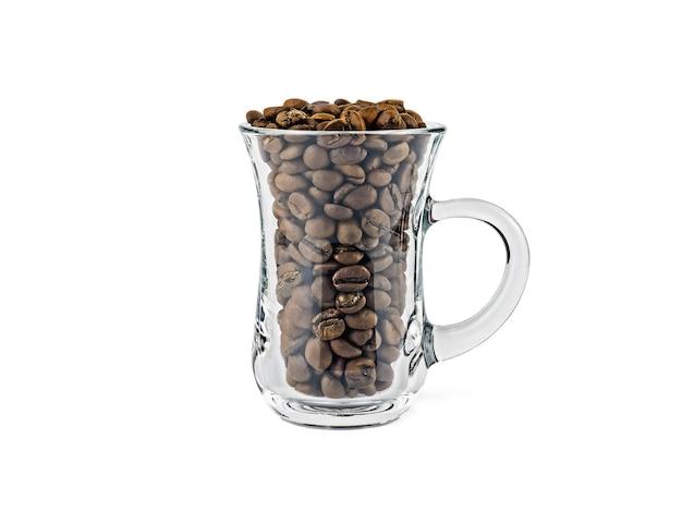 Tazza di caffè in vetro trasparente riempita con chicchi di caffè tostati isolati