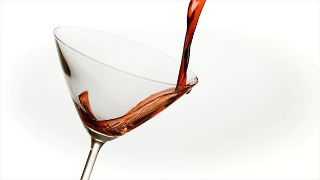 Vetro trasparente in cui viene versato il liquido rosso