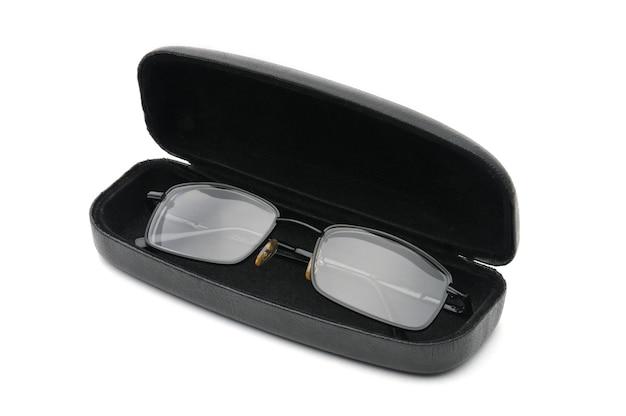 Vetri ottici trasparenti con custodia per occhiali isolata.