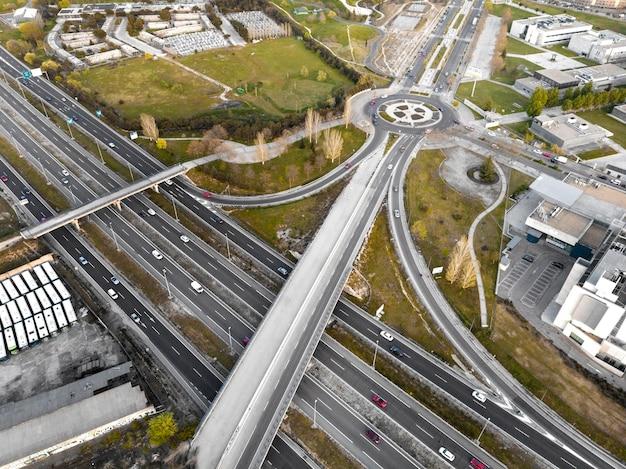 Concetto di trasporto con auto e bivio