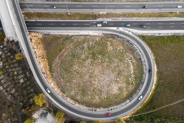 Concetto di trasporto con vista dall'alto di automobili