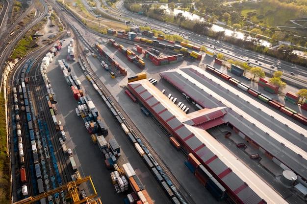 Concetto di trasporto con contenitori
