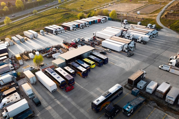 Concetto di trasporto con autobus parcheggiati