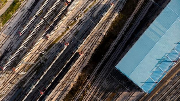 Concetto di trasporto con ferrovie e treni