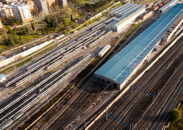 Concetto di trasporto con stazione ferroviaria