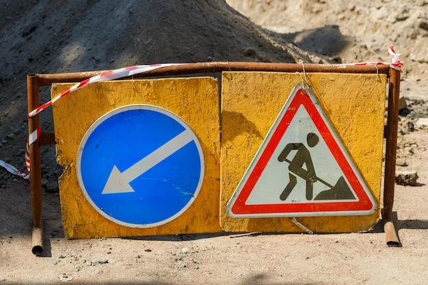 I segnali di trasporto stanno facendo lavori stradali. foto di alta qualità
