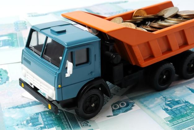 Trasporto di monetine per il camion giocattolo. concetto.