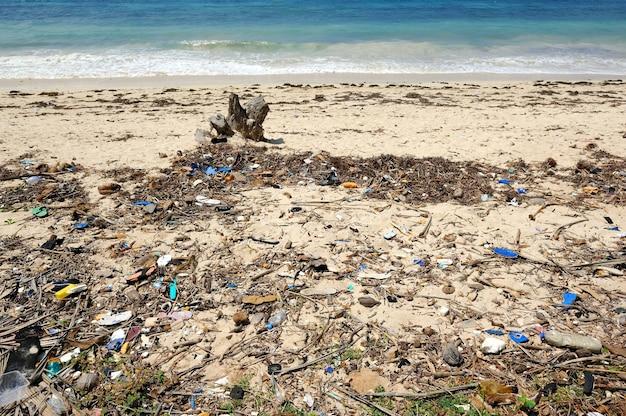 Cestino sulla spiaggia. i rifiuti sulle sabbie causano inquinamento ambientale