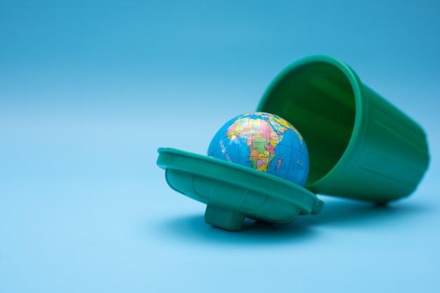 Cestino della spazzatura pieno di terra. giornata mondiale per l'ambiente.