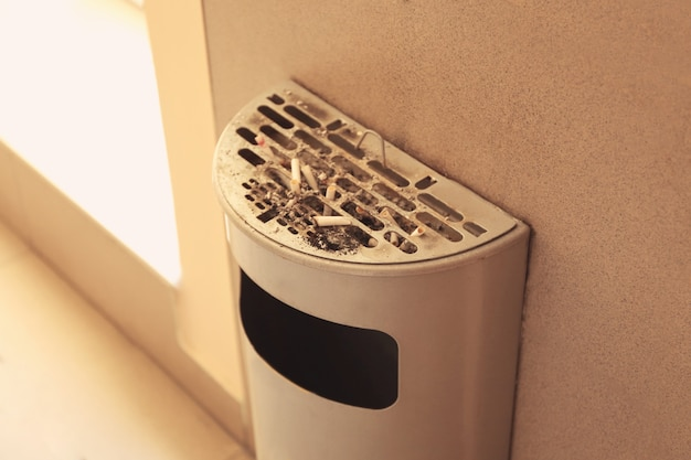 Cestino con mozziconi di sigarette, da interno