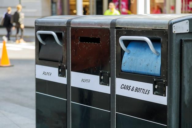 Contenitori per rifiuti per tre bidoni della spazzatura per diversi tipi di immondizia nelle strade di new york ny usa