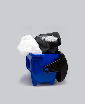 Cestino spazzatura bidone contenitore con sacchetti di plastica, smistamento dei rifiuti di riciclaggio