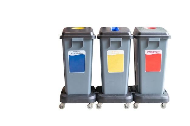 Cestino nei bidoni della spazzatura con immondizia ordinata. riciclaggio della raccolta differenziata dei rifiuti e riciclaggio isolato su superficie bianca