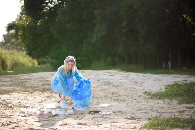 Custode dei rifiuti o immondizia sulla spiaggia.