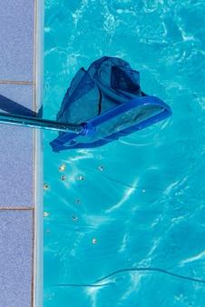Cestino in piscina e pulitore netto vicino