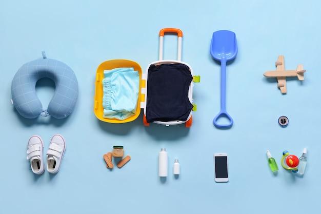 Accessori da viaggio per bambini sulla superficie colorata